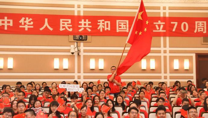 """""""不断满足人民对美好生活的向往,不断创造新的历史伟业。""""上海市民不断刷屏分享着激动振奋的心情,大家坚信,祖国明天一定更美好"""