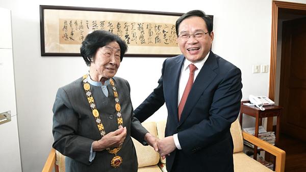 李强看望国家荣誉称号获得者于漪、秦怡:她们是上海的光荣