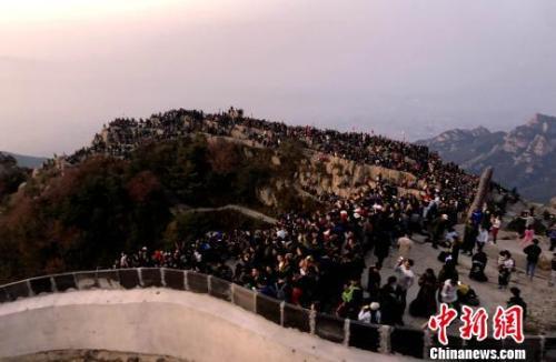 图为10月1日当天,来自全国各地的游客登泰山、观日出。 孙宏瑗 摄