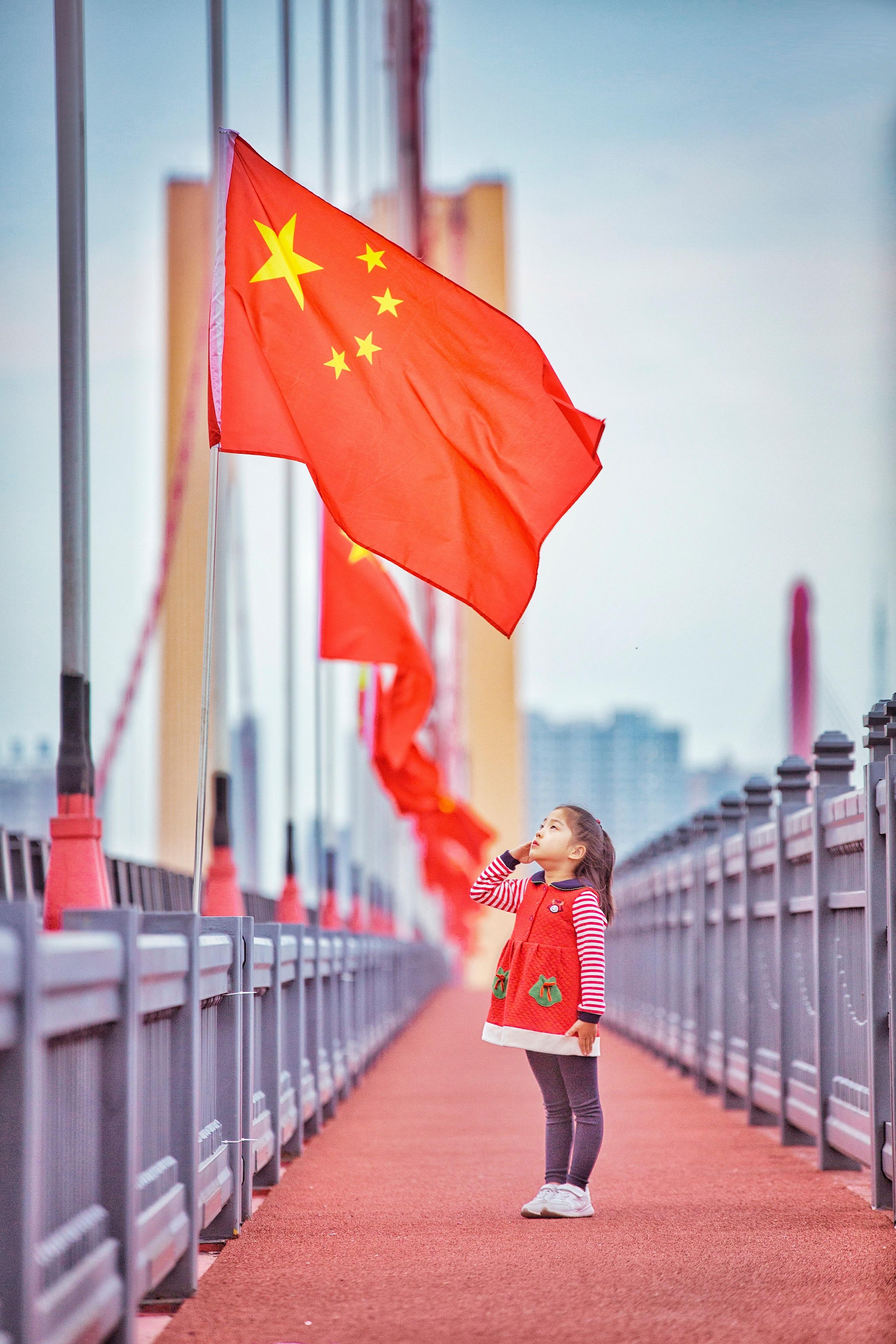 @三峡拍客 向五星红旗行礼的小姑娘