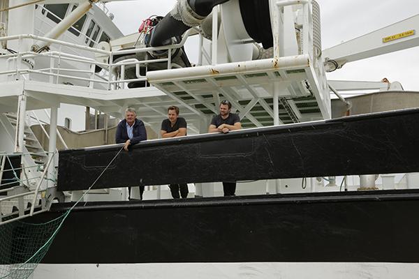 """挪威渔民与用于捕捞青花鱼的""""伯克兰""""围网渔船。 本文图片均为manbetx客户端ios新闻记者 刘惠 图"""