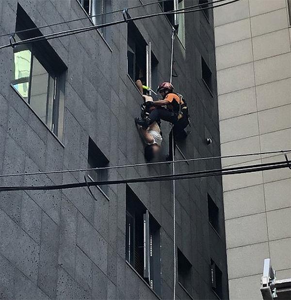 中国女游客在韩国跳楼被路人抓住双脚,倒挂40分钟后获救