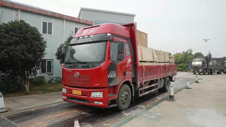 南京市开展车辆过磅称重检查。 南京日报 图