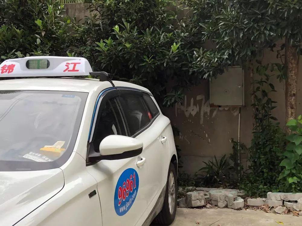 """顾师傅的新能源出租车停放在自己的""""半固定""""车位上。"""