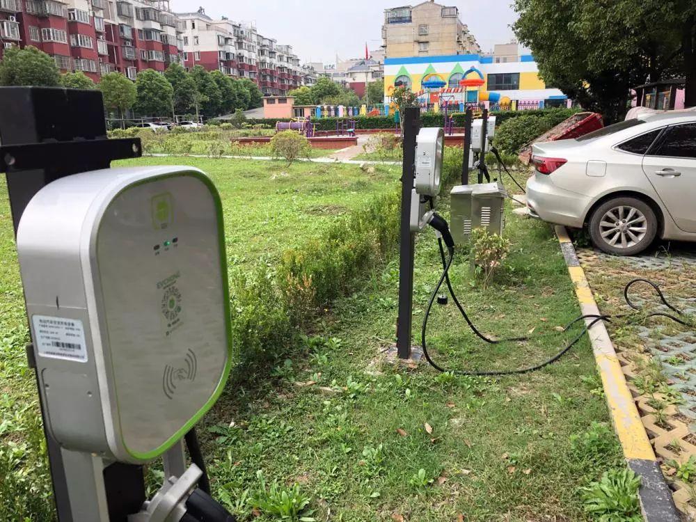 小区内的公共电站因停车功能优先,入夜后基本停满业主车辆,无法满足出租车运营结束后的充电需求。