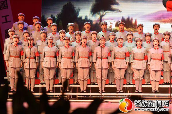 图为合唱团成员合唱歌曲《飞越大渡河》