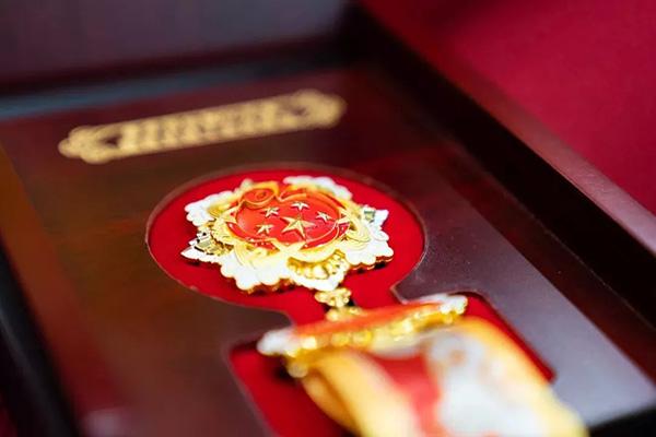 """""""国庆经济""""引发红色收藏热潮,军媒批网上售卖仿造纪念章"""