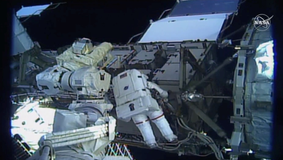 两名美国女宇航员出舱修复空间站故障,系首次全女性太空行走
