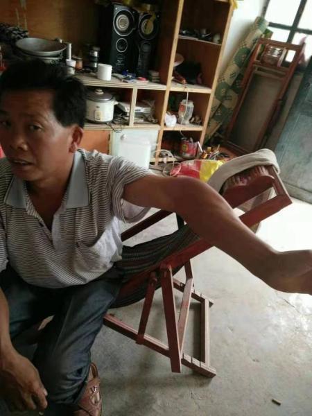 落下残疾的刘华明的弟弟