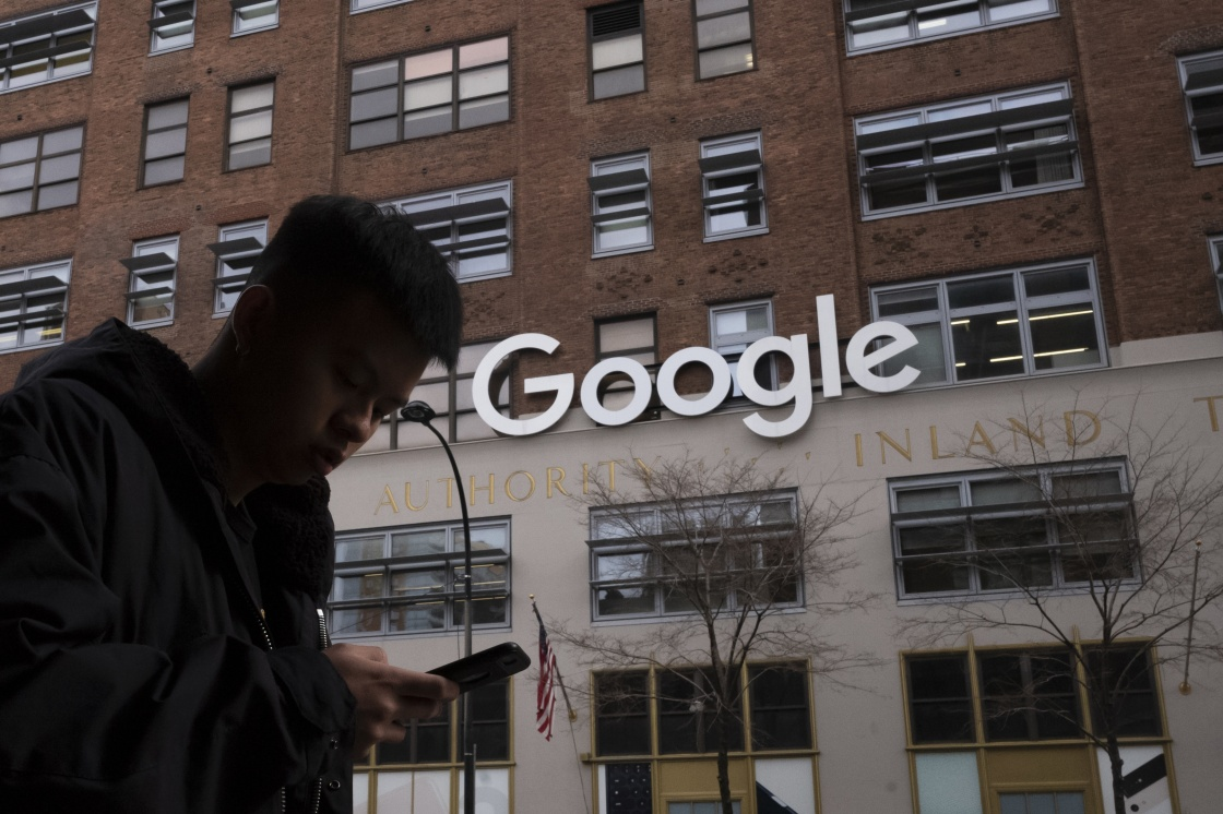 谷歌再次放宽安卓手机上其他搜索引擎的竞标条件。