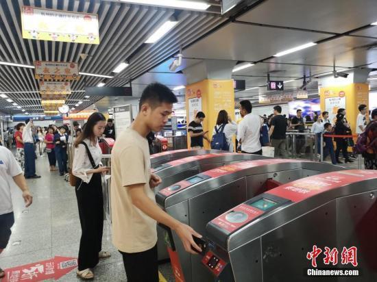 原料图:乘客刷卡进入地铁站。 中新网 图