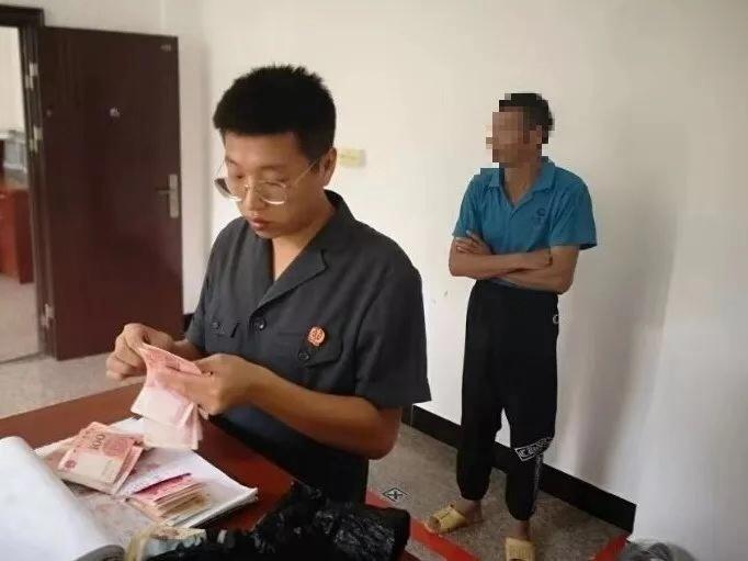 老赖欠债六千隐瞒财产拒执被拘,民警从他裤腿搜出六千余元