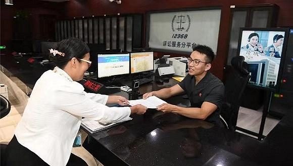 上海徐汇法院工作人员将江苏六合法院案件受理通知书等材料发放当事人。 上海市高级人民法院微信公众号 图