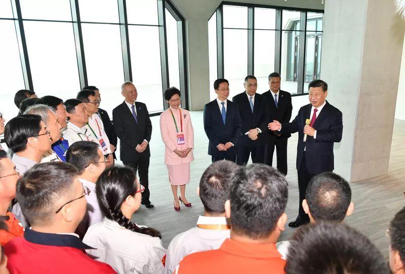 2018年10月23日上午,港珠澳大橋開通儀式在廣東省珠海市舉行。習近平會見大橋管理和施工等方面的代表,同他們親切交談。