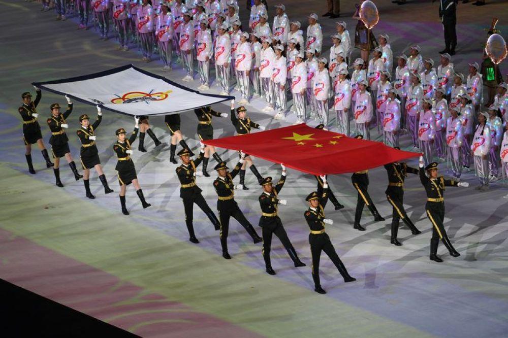 10月18日,中华人民共和国国旗和国际军事体育理事会会旗在开幕式上入场。