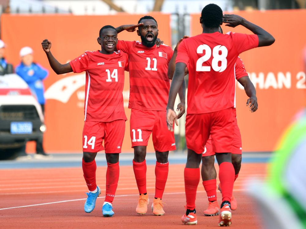10月27日,巴林队球员哈比卜(左二)和队友敬礼祝贺球队进球。当日,在武汉进走的第七届世界武士活动会外子足球决赛中,巴林队3比1制服卡塔尔队,获得冠军。
