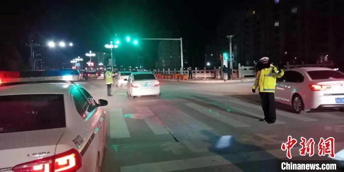 甘南夏河交警大队在现场核实灾情、全力疏导交通。 本文图片 中新网
