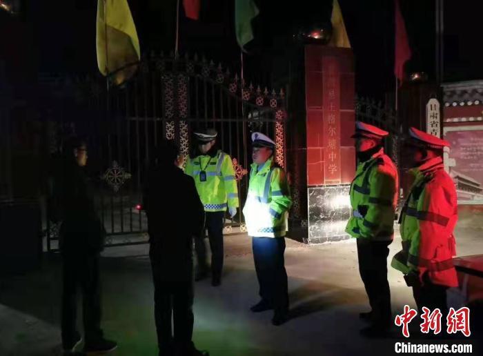 甘南夏河交警大队赶赴现场核实灾情。