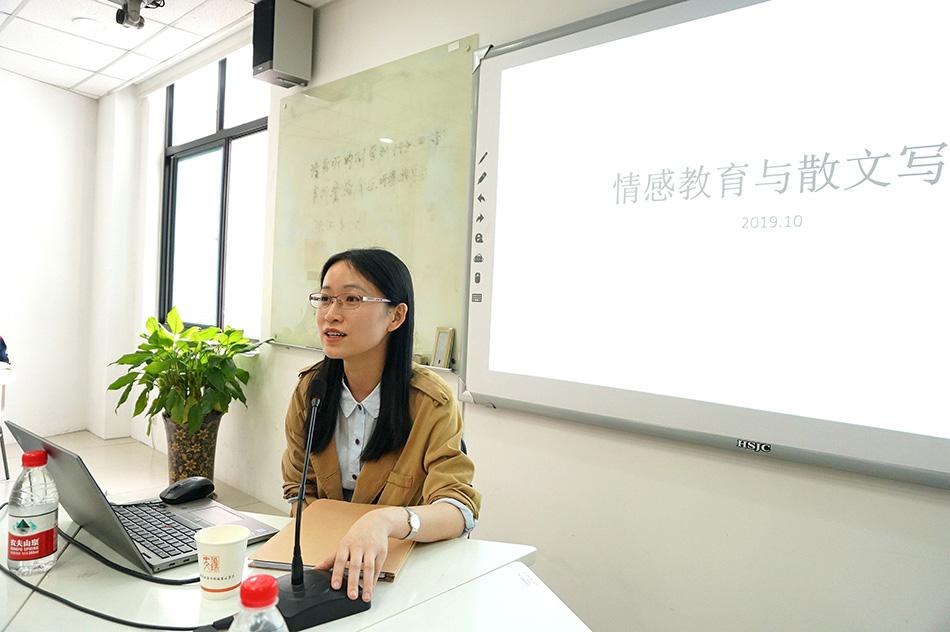 """10月25日,张怡微来到华东师范大学创意写作专科""""名家创作谈""""系列课程第五期。 叶杨莉 图"""