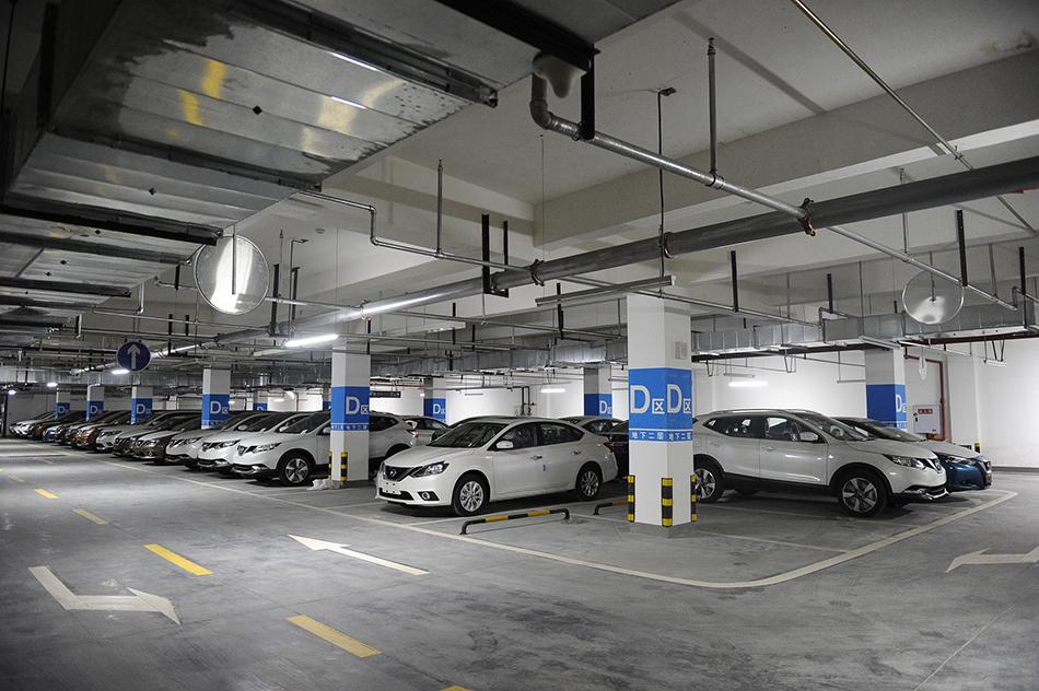 在有关地下车位的争议中,最为突出的争议通常是,地下车位的产权应归于开发商,还是业主共有?图为四川省成都市某小区地下停车场。 视觉中国 资料图