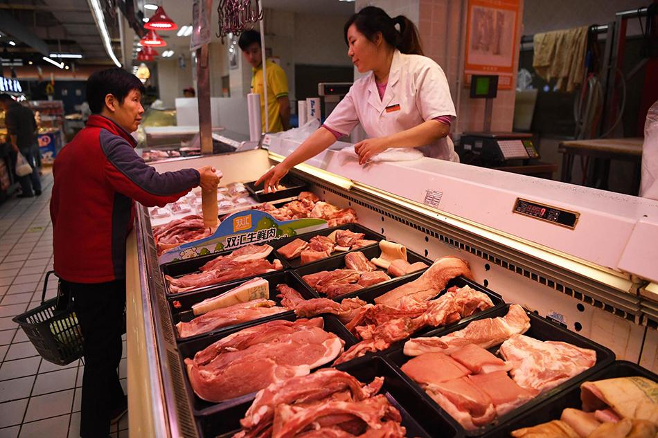 上海财经大学高等研究院的报告显示,预计2020年猪肉价格将会有所回落。 视觉中国 图