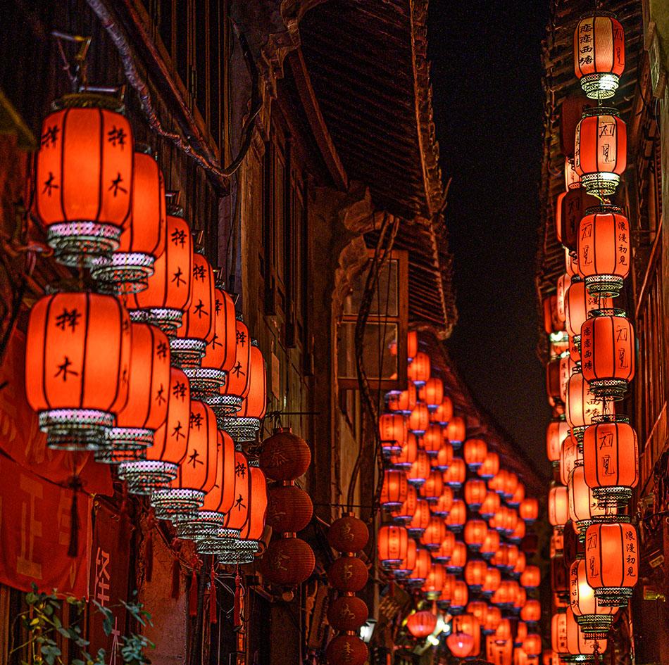 西塘夜景,店铺亮起一排排红灯笼。澎湃新闻记者 张呈君 图