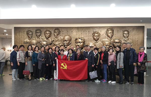 上海江苏路街道华山居民区党支部党员在浮雕《起点》前合影留念。 澎湃新闻实习生 陈少颖 图