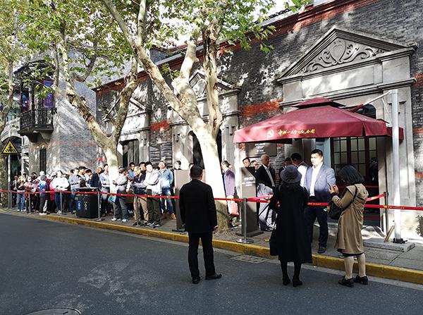 早上九点不到,还未开馆,中共一大会址纪念馆门前已排起长队。澎湃新闻实习生 陈少颖 图