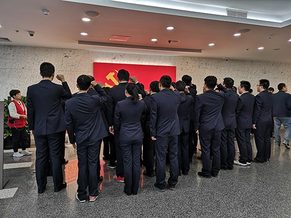 中国铁路上海局集团有限公司上海动车段党委党员正在宣誓。 澎湃新闻实习生 陈少颖 图