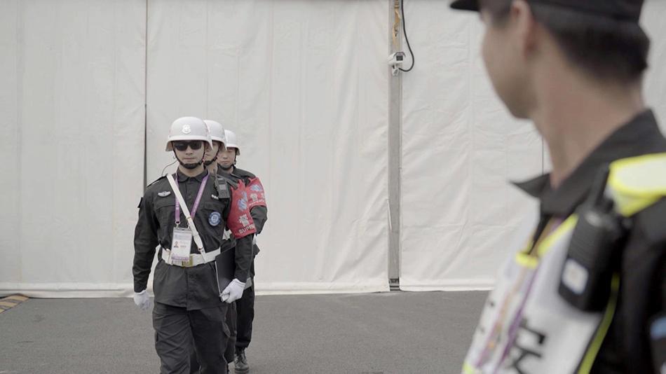 佩戴5G眼镜的保安。 本文图片上海联通提供