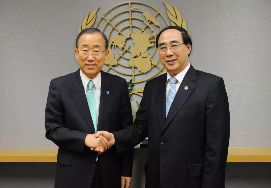 2012年8月,吴红波(右)就任联合国副秘书长,与时任秘书长潘基文握手。 本文图均为长安街知事微信公众号 图