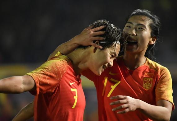 王霜(左)与古雅沙【在】【进】球【后】庆祝。
