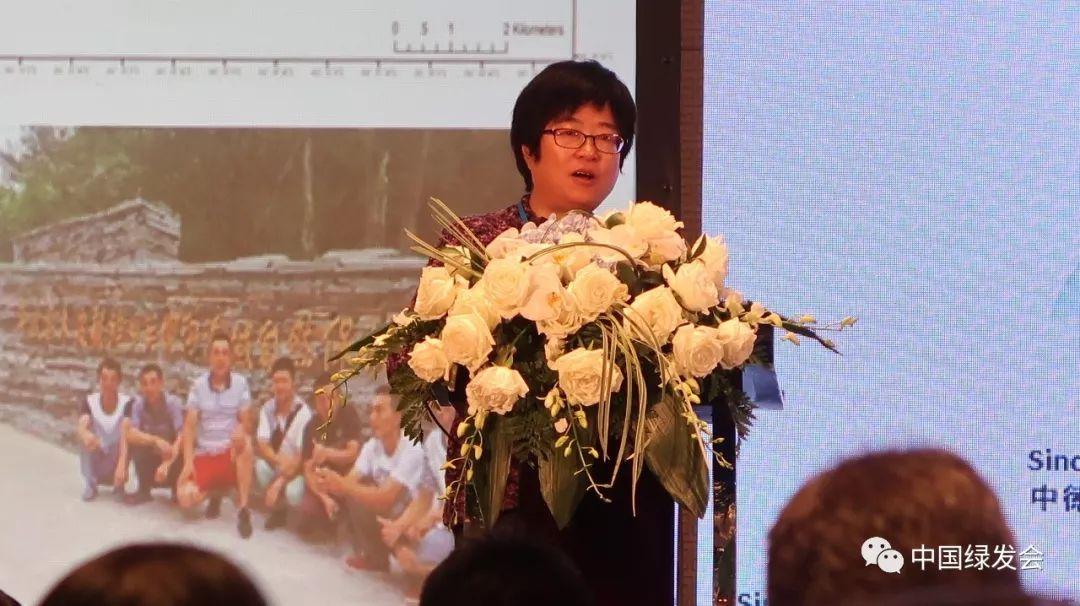 """北京大学生命科学院吕植教授作""""中国生物多样性现状及挑战""""的精彩英文分享。她从1992年CBD建立、她的大熊猫保护经历说起,谈生物多样性的保护、可持续生计,并以生动的亲身经历和项目案例、如滥砍滥伐、中国最早的自然保护区的情况、养蜂等替代性生计(培养市场)、生态友好型的双赢生活方式(如让6个本已去城里打工的年轻人回乡养蜂来保护自己的土地并建立NGO)等,从""""人与大熊猫""""的角度来分享真知灼见,阐述中国生物多样性现状及挑战。"""