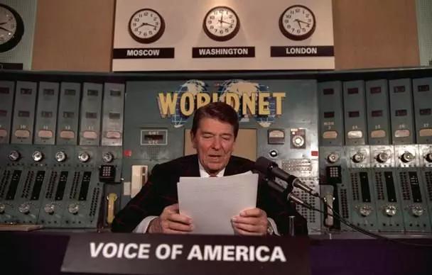 1985年11月9日,美国总统里根通过美国之音发表广播讲话。
