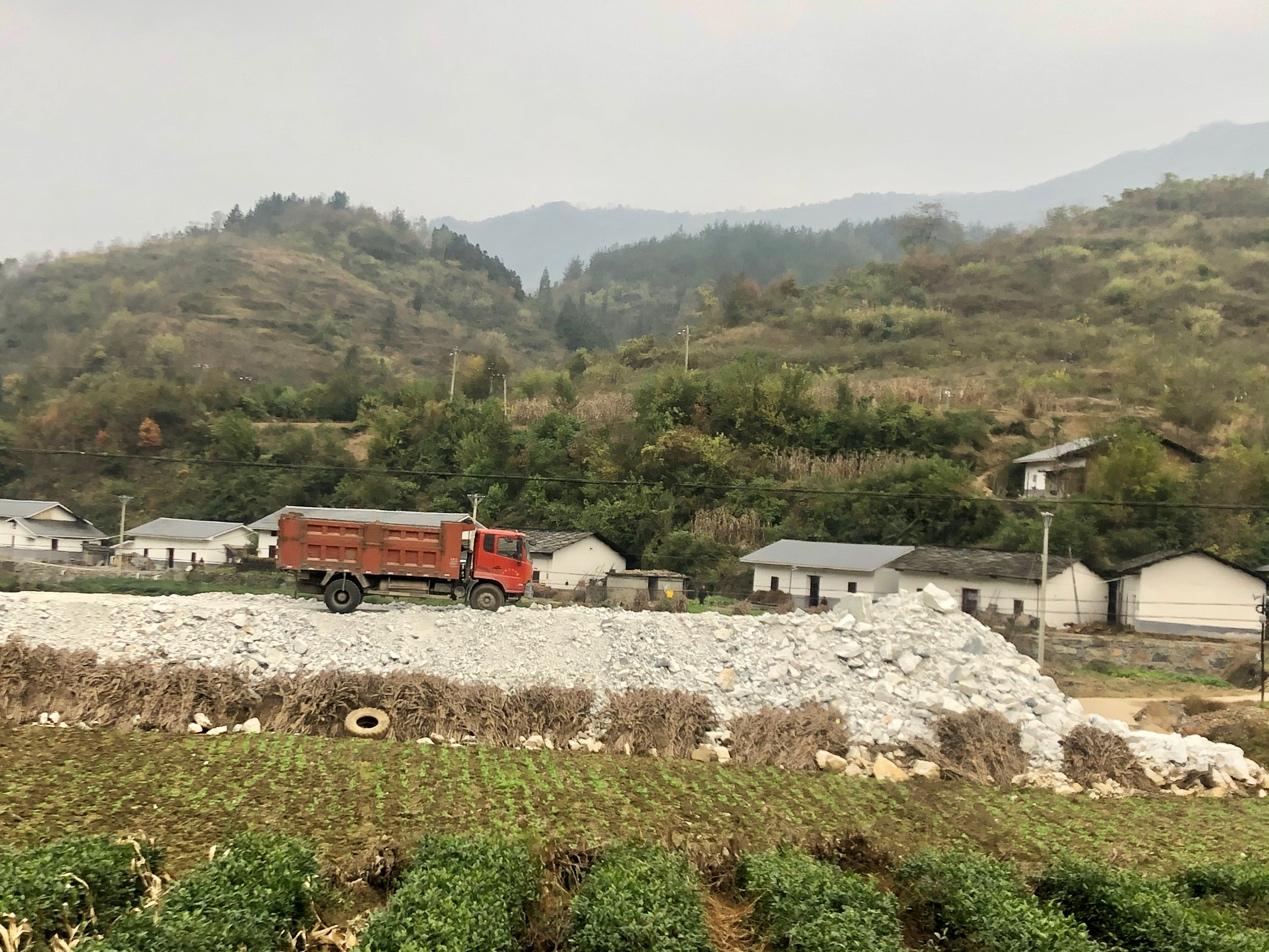 村庄河边堆放大量重晶石,湖北十堰竹山县官方:对人体无危害