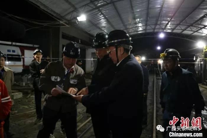 ▲图为广西壮族自治区副主席费志荣等参加救援。 林浩 摄