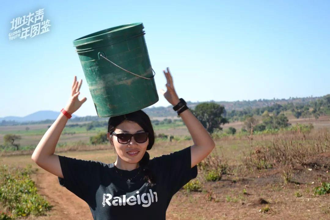 【我】【在】坦桑尼亚【的】村庄,【学】当【地】【人】【用】头顶【着】桶。