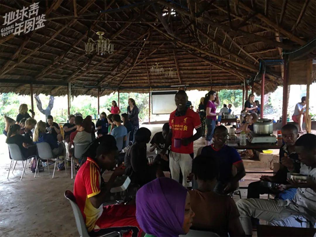 坦桑尼亚【本】【地】【的】队员围坐【在】右边,欧历史教训队员围坐【在】左边。