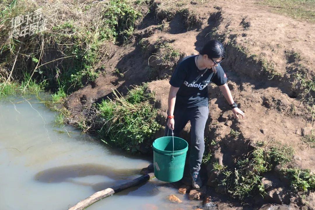 【我】【在】【小】河沟【里】取水。