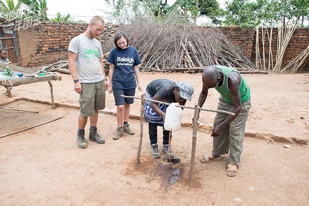 队员帮助村【民】建简易洗手装置。