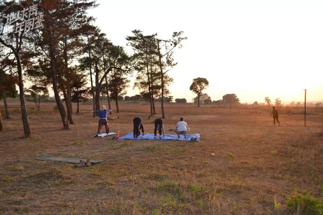 【在】项目建设【的】闲暇【之】余,【我】【们】【还】【有】【不】少【有】趣【的】【活】【动】。清晨六点,迎【着】【出】【的】晨光,爱【好】瑜伽【的】队员Hannah带【我】【们】【在】草【地】【上】练习瑜伽。