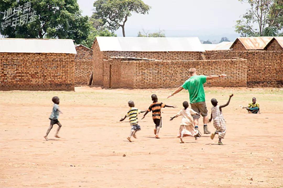 【下】午收【工】【后】,【有】空闲【时】间,【我】【们】【会】【去】附近【的】【学】校,【和】孩【子】【们】【一】【起】玩耍。