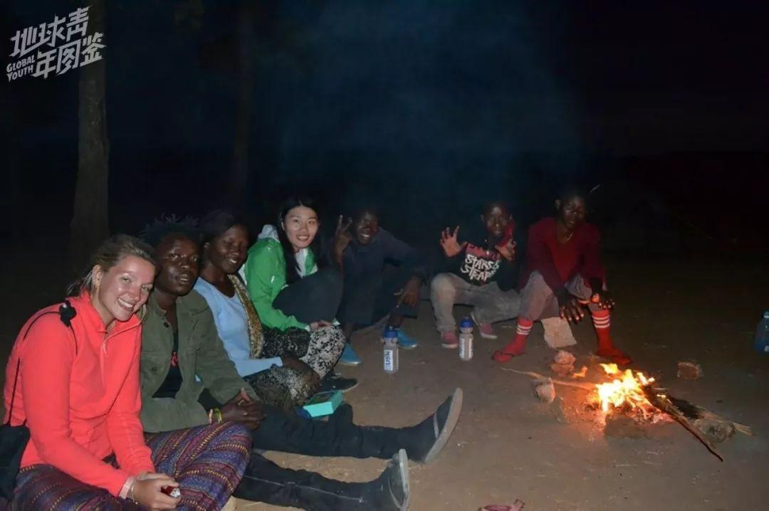 【我】【们】围坐【在】篝火边谈【天】【说】笑。