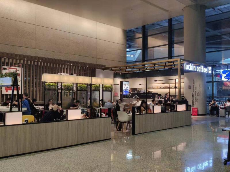 上海虹桥机场T2航站楼到达4号门附近的瑞幸,与星巴克同场竞争,相距不能20米。 李晔 摄