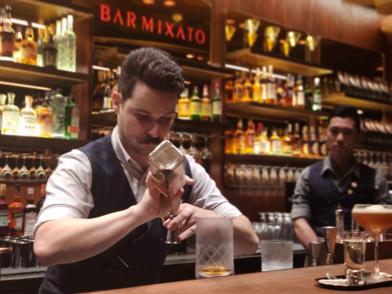 """10月24日,旗舰版Bar Mixato在星巴克臻选上海烘焙工坊亮相,助力上海""""夜间经济""""。李晔 摄"""