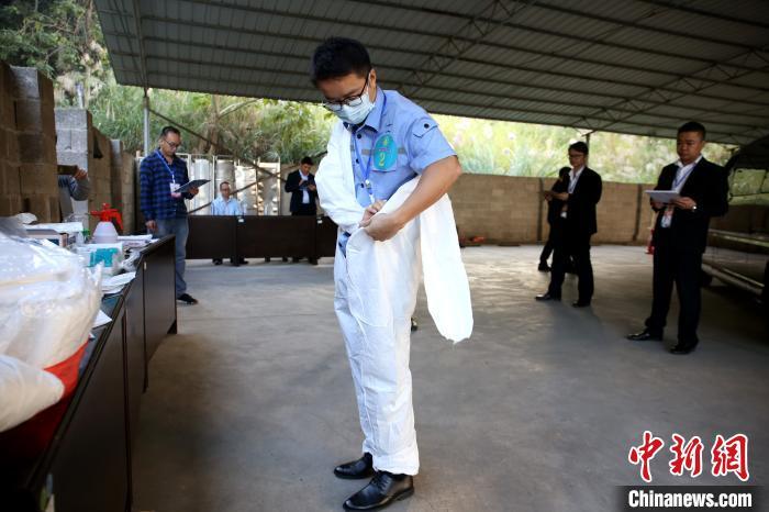 遗体接运参赛选手正在穿着防护服。 朱柳融 摄