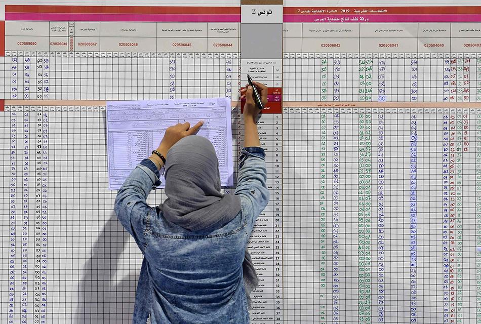 当地时间2019年10月7日,突尼斯议会选举开展计票工作。 视觉中国 图