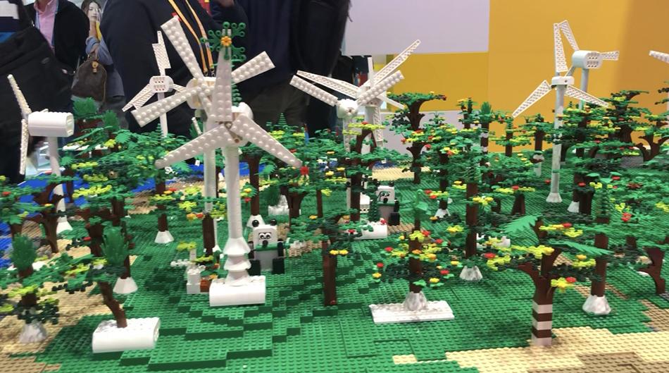 11月8日,进博会乐高展位,参观者搭成的绿色森林。 本文图片澎湃新闻记者 李菁