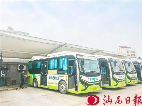 工作人员为停放在市区红海大道公交停保场的新能源公交车充电。汕尾日报记者 郑志聪 摄