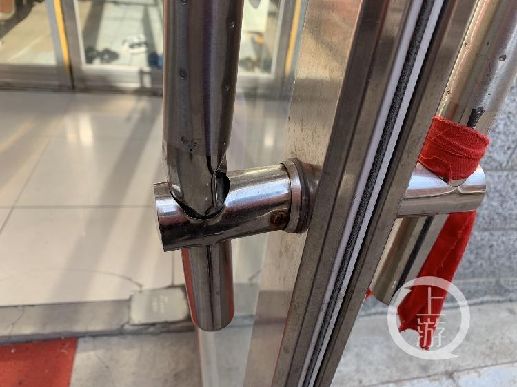尽管玻璃门已经修好,但足疗店门把手已经变形。